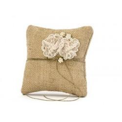 Jutowa poduszka pod obrączki z koronkowymi kwiatkami 16x16cm